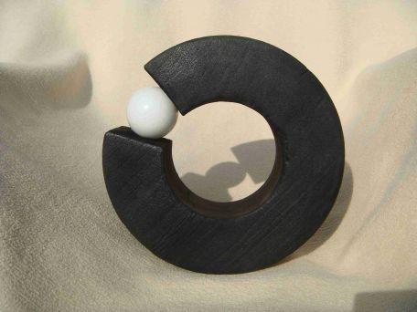 Geflämmter Ring mit Marmorkugel