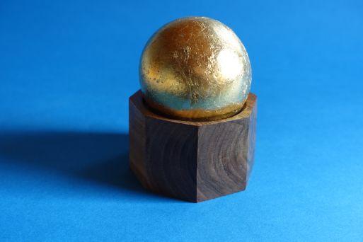 Oktagonnußdose mit Goldkugeldeckel D 8cm